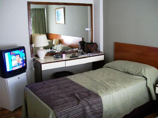 Victory Hotel: Cama,tele,frigobar,espejo