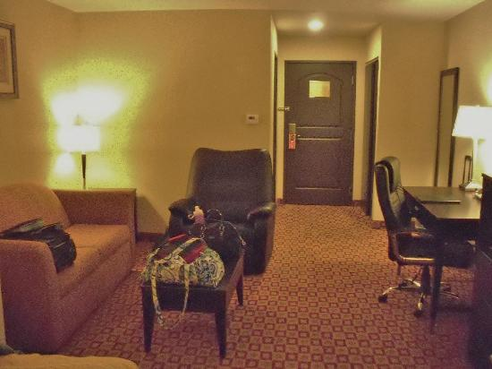 La Quinta Inn & Suites Russellville: Sleeper sofa, 2nd recliner, desk