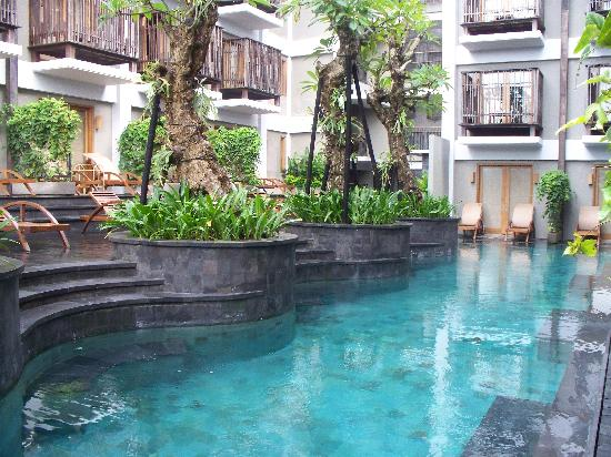 Pool very narrow picture of the oasis lagoon sanur for Narrow pools