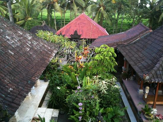 Nirwa Ubud Homestay: View over Balinese buildings in Nirwa Homestay