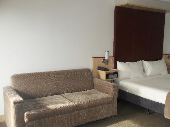 Metro Hotel Perth: The bedrooms are large enough to fit a comfy lounge