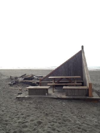 Adrift Hotel and Spa: wind shelter on beach