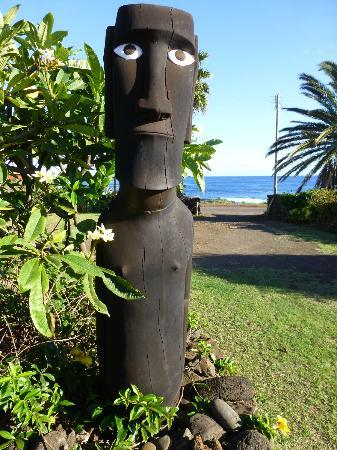 Taha Tai Hotel: Moai outside the hotel bar.