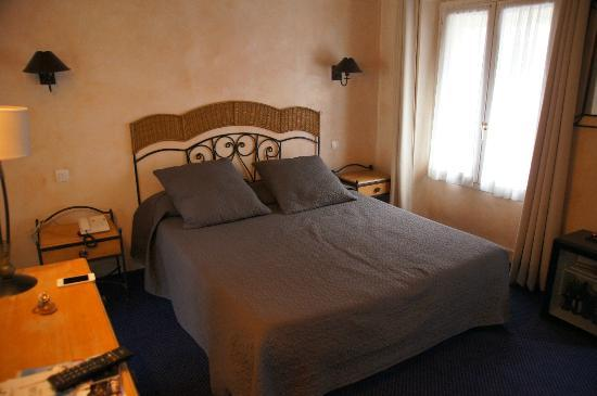 Hotel de la Tulipe Tour Eiffel: 道路側の部屋 (最上階)