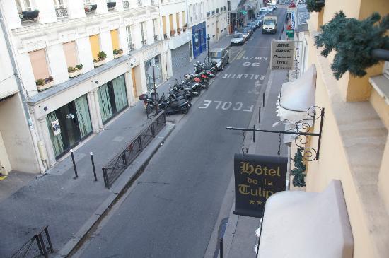 Hotel de la Tulipe Tour Eiffel : 道路側の部屋からの街並み