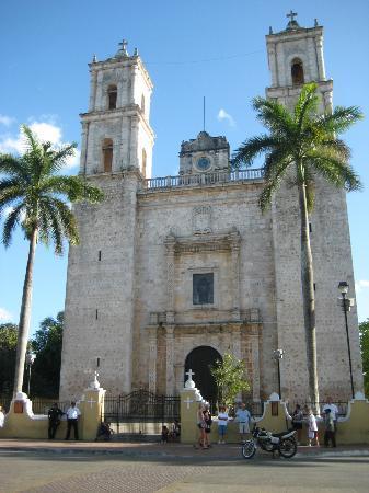 Casa Hamaca Guesthouse : the town's main church