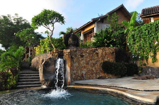Bedulu Resort: Swimming pool with waterfall