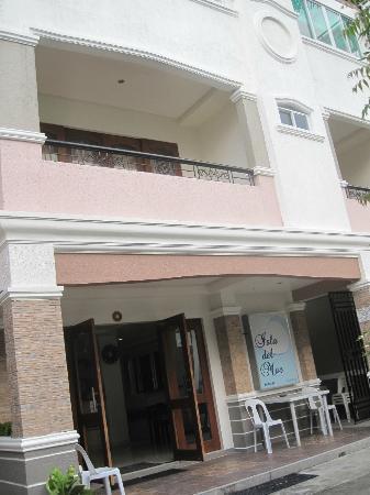 Isla Del Mar Boracay Beach Hotel: Front of the hotel