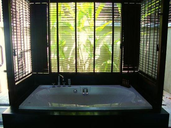 Nora Buri Resort & Spa: Soaking tub inside my villa's bathroom