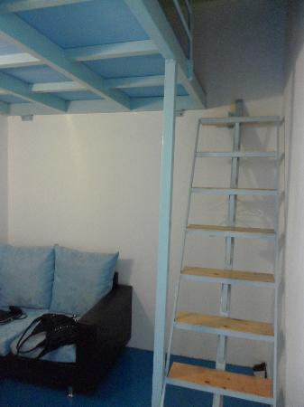 Sayang-Sayang 2 Youth Hostel: Ladder to go to the bed/sleeping area