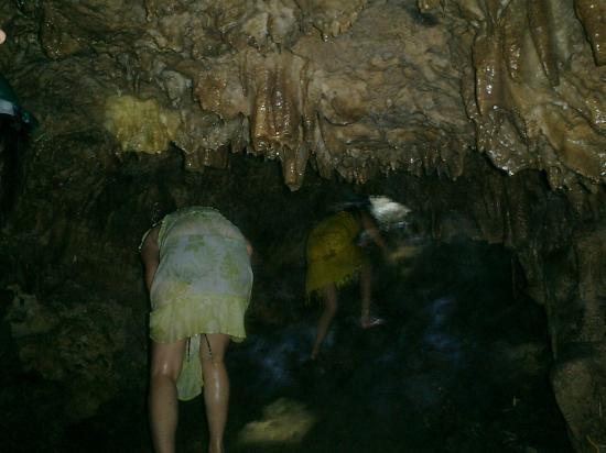 Cantabon Cave : sharp rocks overhead.