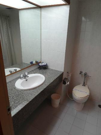 Tarin Hotel: Chambre standard (615) - Cabinet de toilette