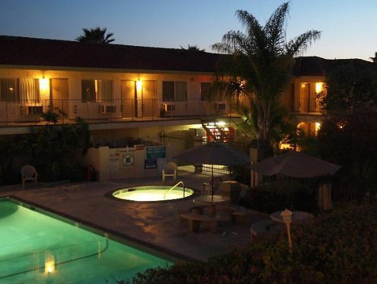 California Suites Hotel: 夕暮れのジャグジー