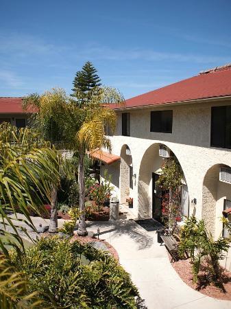 California Suites Hotel: 中庭の様子です 小鳥のさえずりが聞こえます