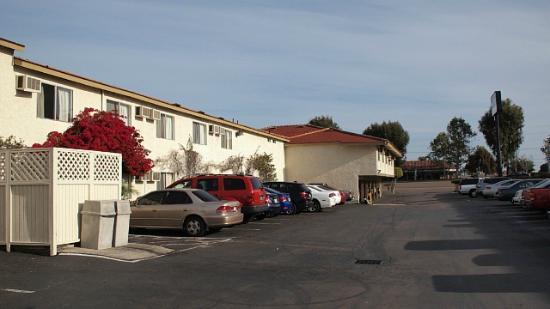 California Suites Hotel: 駐車場は無料でスペースが広いので大型車もラクに駐めれました。
