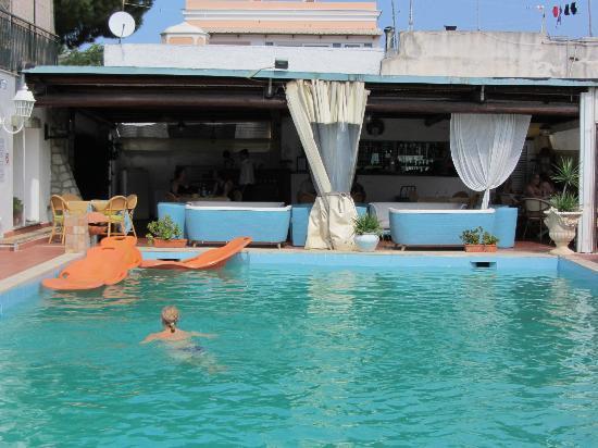 Hotel Lord Byron: вид на открытый бассейн и бар/кафе
