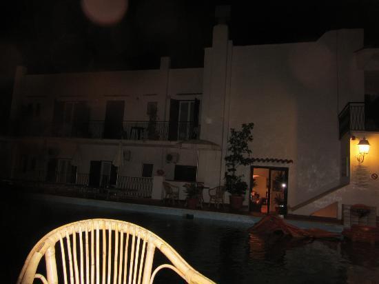 Hotel Lord Byron: вид из бара на отель и бассейн