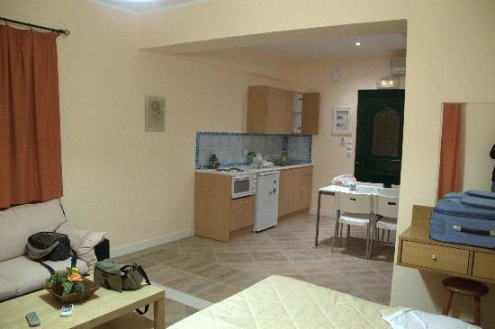 Reverenza Villa: sala e angolo cucina