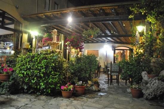 Mother's Restaurant: courtyard