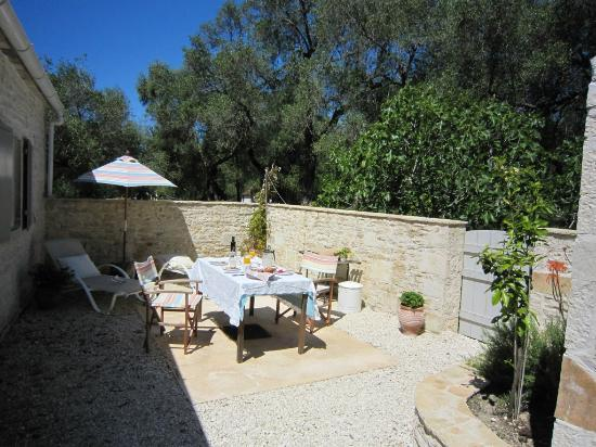 Vellianitatika Retreat: Garden with breakfast at the Olive Press
