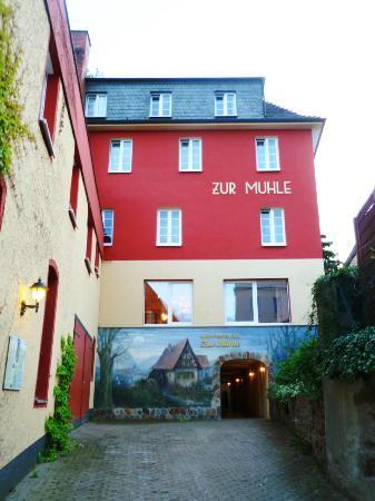 Hotel Zur Mühle: Hotel facade from promenade