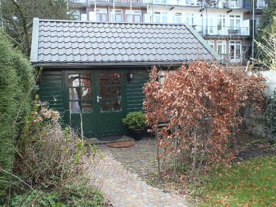 Flores & Puck Bed & Breakfast Amsterdam: The cottage is hidden from the street