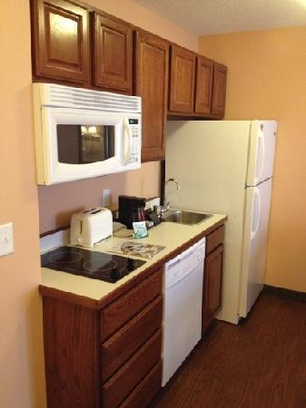 GrandStay Residential Suites Hotel - Sheboygan: kitchen area