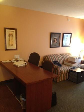 GrandStay Residential Suites Hotel - Sheboygan : work station/kitchen table