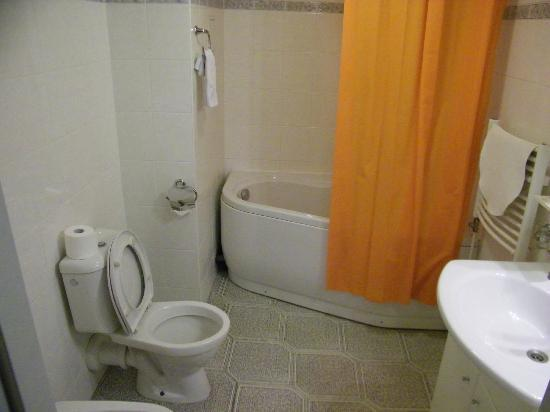 Hotel Nabucco: large bathroom