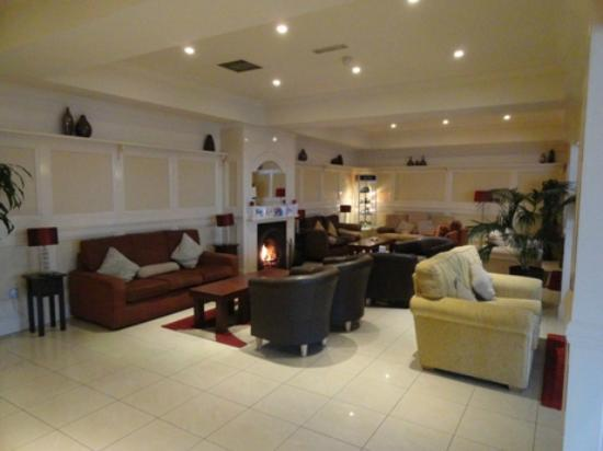 Riverside Hotel Killarney: Lobby sitting area and fire place