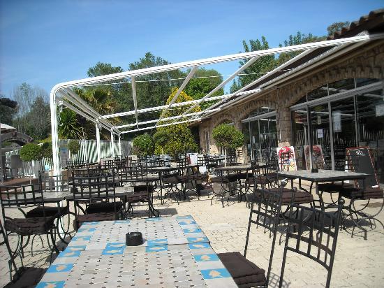 Camping Antipolis : Une des terrases du restaurant