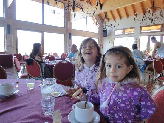 Intersur Amancay: comedor con una vista espectacular del lago y cerro tronador