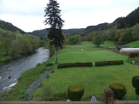 Craig-y-Dderwen Riverside Hotel: Grounds and river conwy, taken from the balcony of room 2