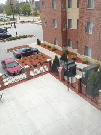 GrandStay Residential Suites Hotel - Sheboygan: basketball court and grilling area