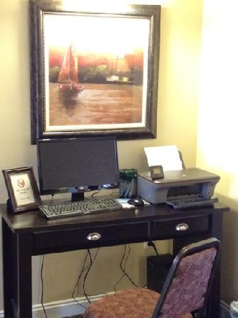 GrandStay Residential Suites Hotel - Sheboygan: computer station and printer