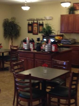 GrandStay Residential Suites Hotel - Sheboygan: 24 hour coffee and tea station and breakfast  area