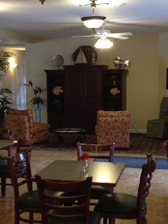 GrandStay Residential Suites Hotel - Sheboygan: tv and lobby sitting area