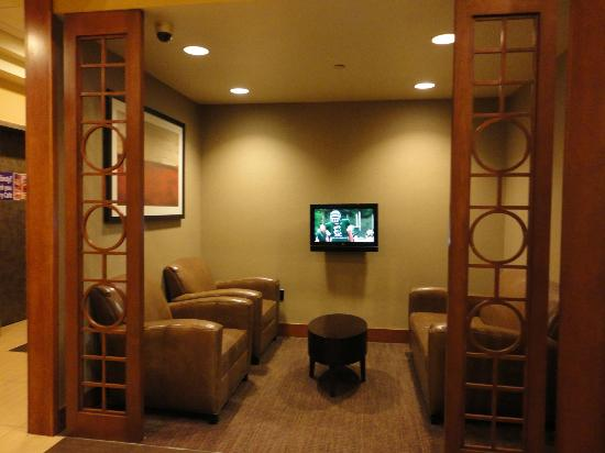 Hyatt Place Houston Bush Airport: TV room in lobby