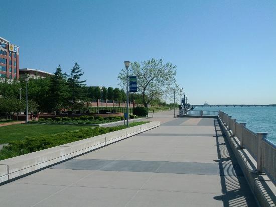 Roberts Riverwalk Hotel: Riverfront walkway