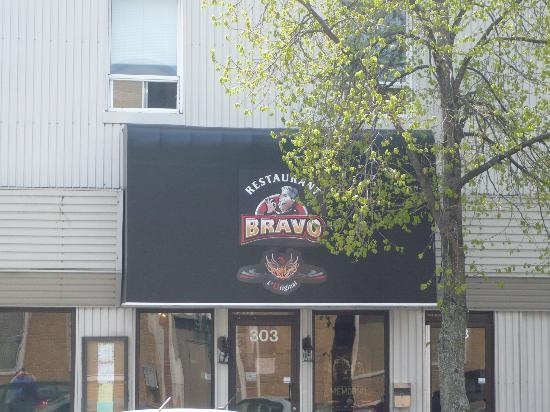 Bravo Pizzeria Shawinigan: L'ancien logo du Bravo en plus du phénix qui renait de ses cendres.