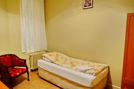 Yeni Hostel: my first big single room