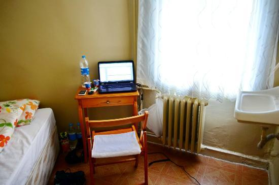 Yeni Hostel: desk & chair on my second room