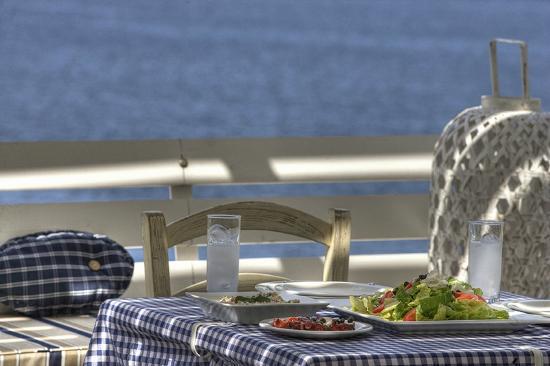 Delfini Restaurant : Ouzo with meze!!!