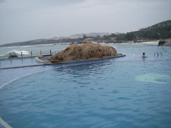 Rock Garden Spa Resort : Infinity Pool