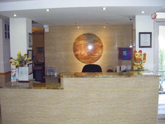Hotel & Hostel San Jorge: Hotel San Jorge's 24 Hour Front Desk