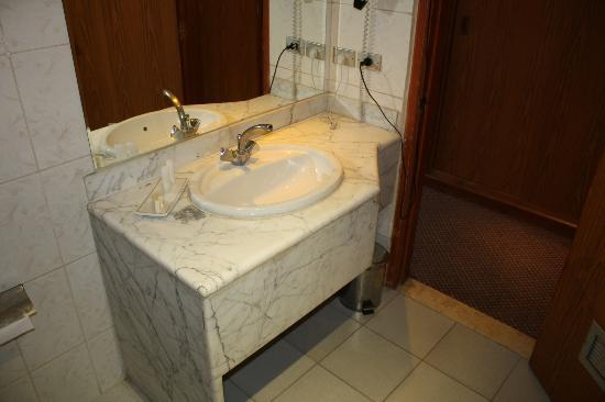Silk Road Hotel : Minimal Toiletries