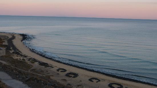 Esquinzo: Spiaggia sotto al ristorante al tramonto