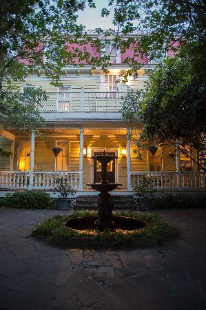 Barksdale House Inn: Garden in the Back