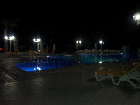 SunConnect One Resort Monastir: Piscine de nuit