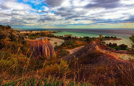Scarborough Bluffs : Atop the cliffs just west of the marina - looking east